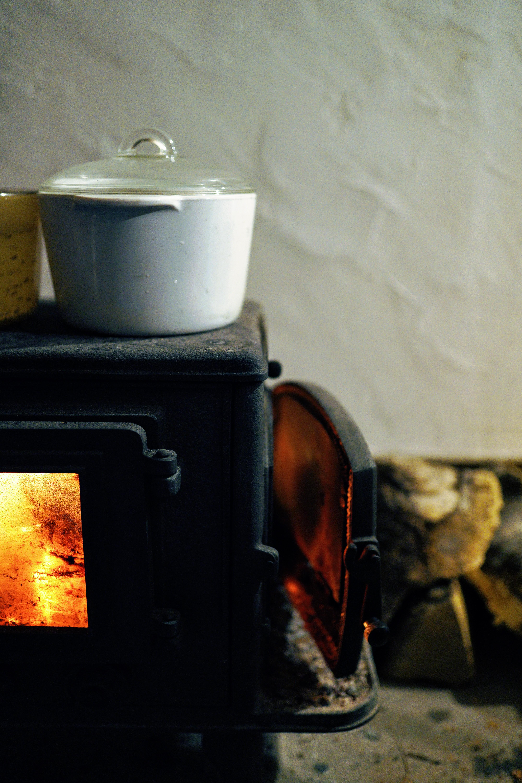 薪ストーブとガラス鍋で海水沸かしてます。
